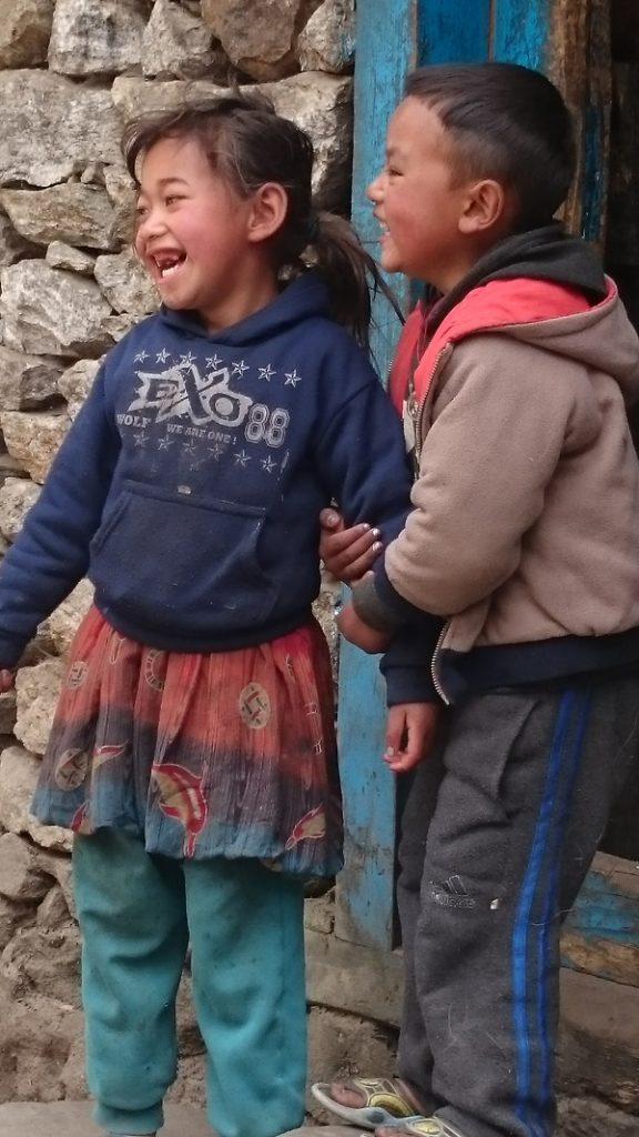 """Les petits Népalais vous disent """"Namaste""""!"""