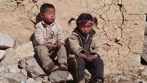 Les beaux enfants Népalais qui encouragent les grimpeurs.