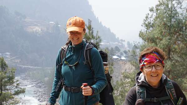 Mélissa Kucbel-Saumier et Nicole Lapointe en chemin vers le camp de base de l'Everest