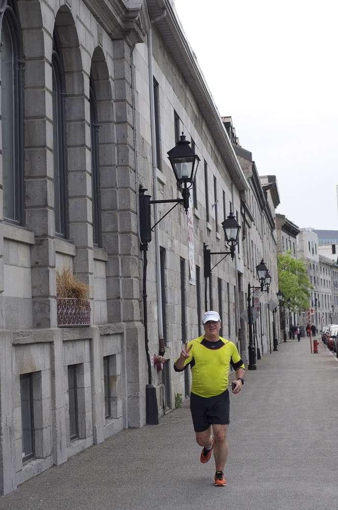 Dans le cadre de la Course OLO, un groupe de coureurs a parcouru une distance de 5 km dans le Vieux-Port de Montréal.