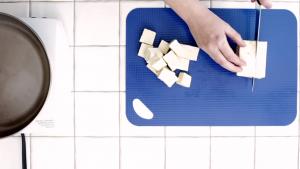 Comment cuire et donner du goût au tofu - Couper le tofu