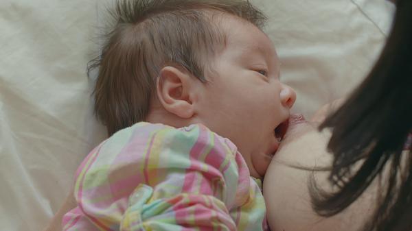Fondation Olo | Comment faciliter la mise au sein? | Bébé ouvre la bouche
